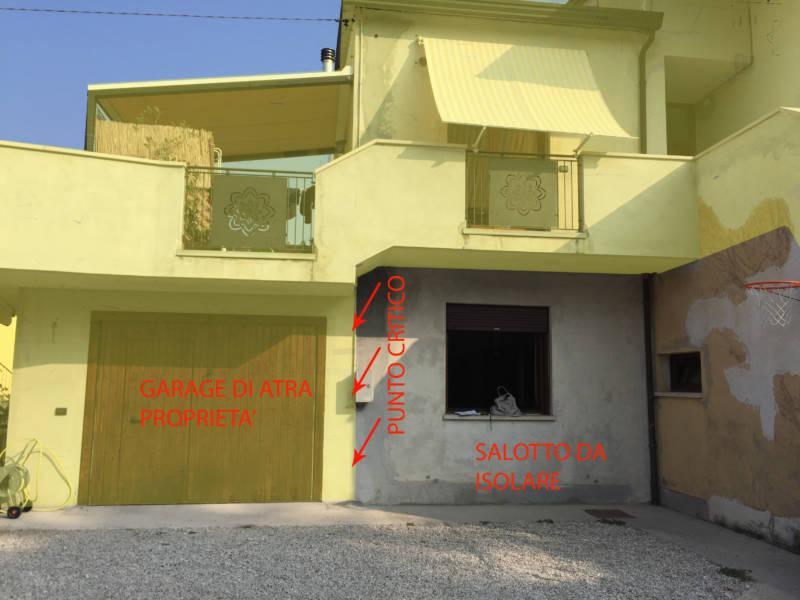 Rischio muffa: Il garage dei vicini addossato all'abitazionedi Claudia e Manuel che non rende possibile isolare il loro muro del salotto