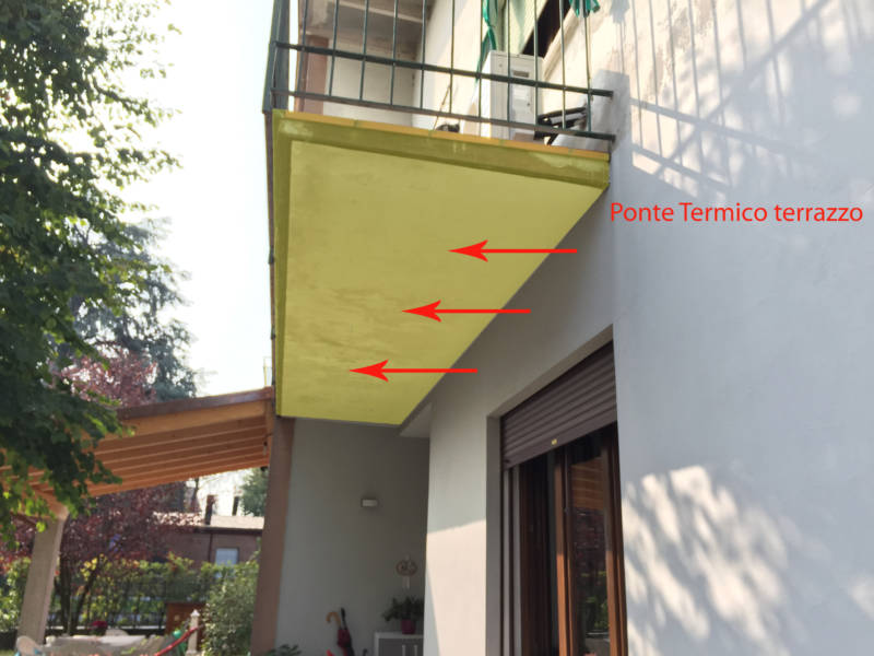 Rischio muffa: Il terrazzo dei vicini che sporge dal muro esterno comune